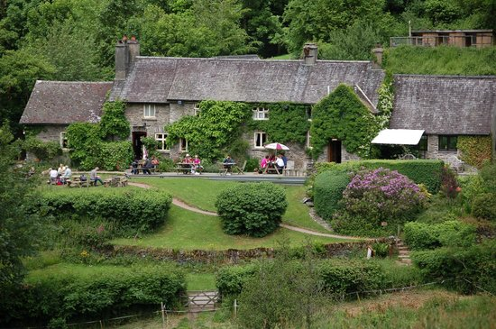 Tarr Farm Inn: The outdoor eating are of the Inn