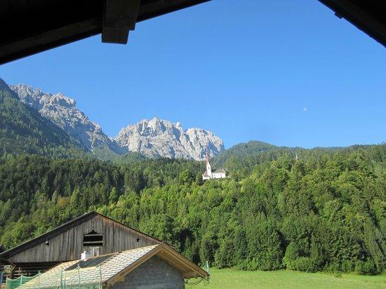Kristemoar Hof: Zicht op Lienzer Dolomiten en kerk van Lavant