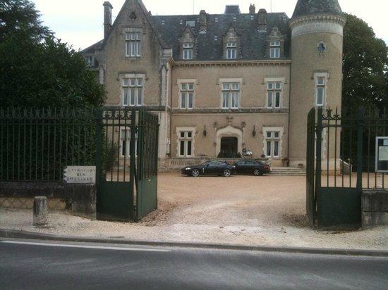 Chateau des Reynats: Grille d'entrée, Cour d'honneur, et Façade principale