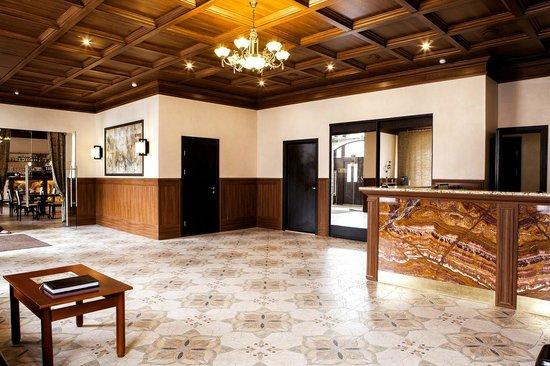 Hotel Vintage: Холл и стойка администратора/Reception desk.