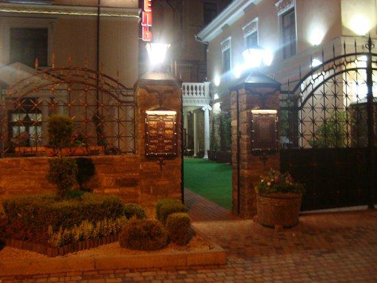 Kleopatra Hotel : Вход ночью