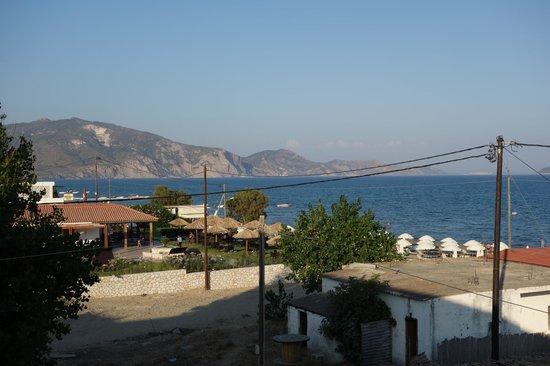 California Beach Hotel: Вид с балкона на таверны и выход к морю