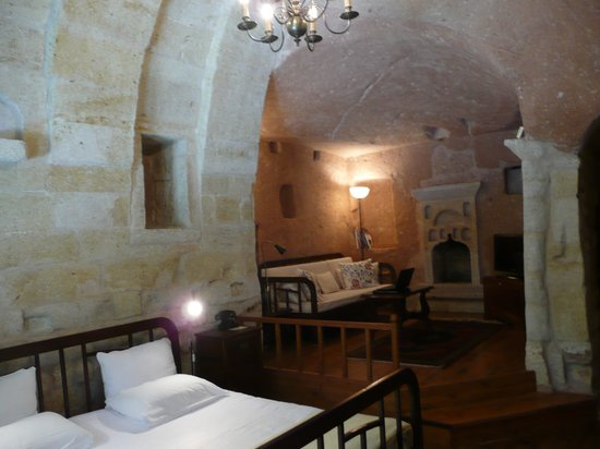 Esbelli Evi Cave Hotel: Bedroom and living room - Volcano Suite