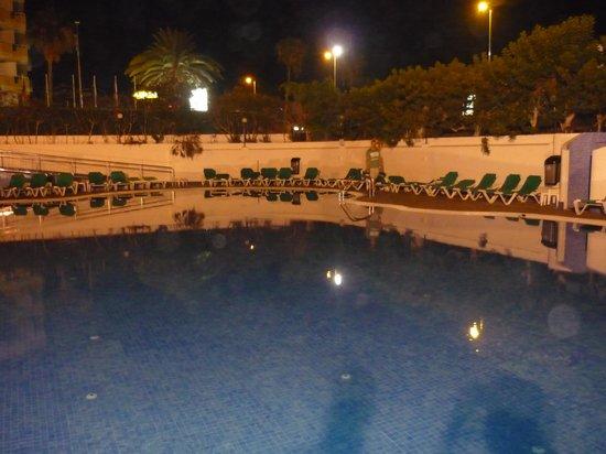 Beverly Park Hotel  у бассейна