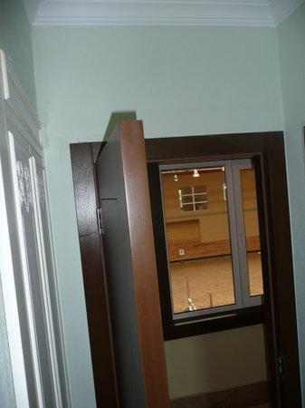Padok Premium Hotel & Stables: Arena in middle outside bedroom door