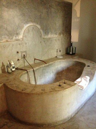 Moderne Executive suite : immense baignoire en béton ciré anachronique LB-32