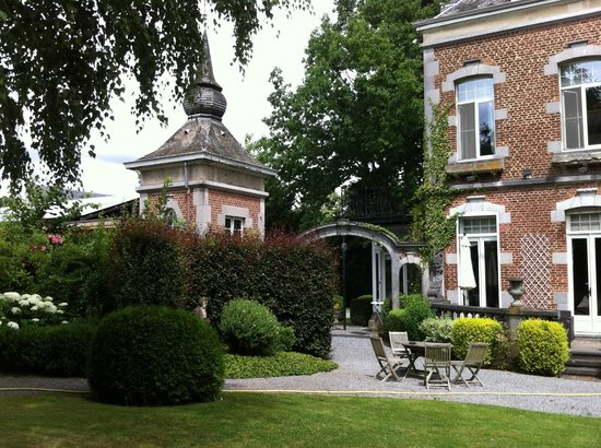 Manoir Ormille Bed and Breakfast: View from the lawn