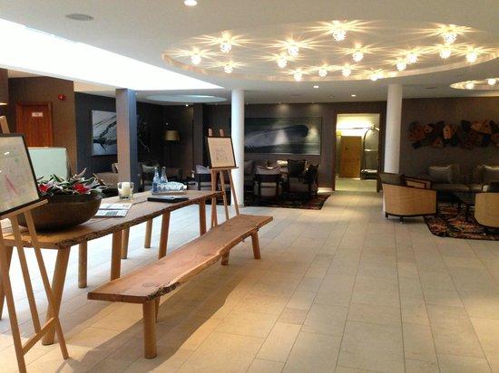 Waldhotel Stuttgart: ロビーにはミネラルウォーターがあり、ソファで寛げます
