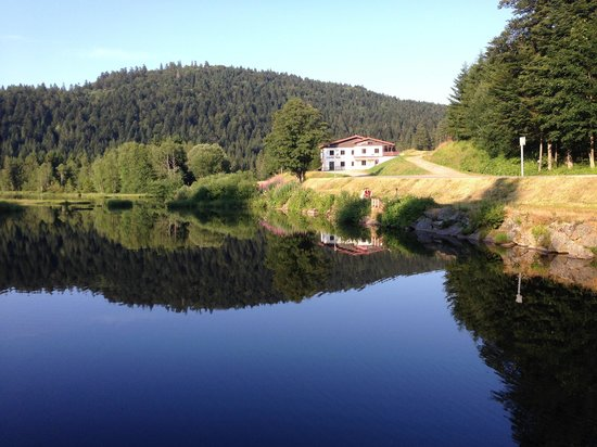 Auberge Des Hauts-Viaux: lac de lispach a 200m a pied ;)