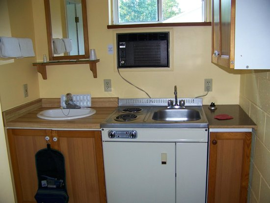 Westport Station Motel : Shaving sink and kitchenette
