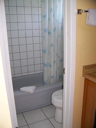 Westport Station Motel : Bath and shower