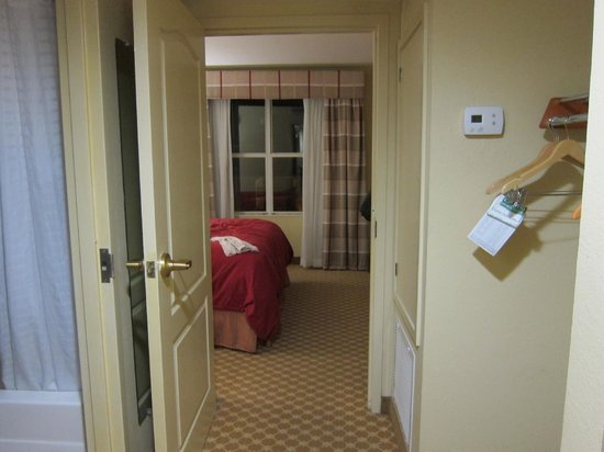 Country Inn & Suites By Carlson, Orlando : From the room's living room to the bedroom