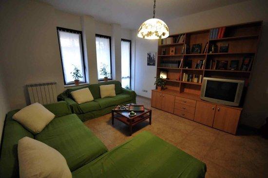 La Sosta Solidale : Il salotto è uno degli spazi in comune. TV, libri e giochi sono a disposizione per il tempo libe