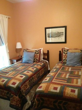 The Phoenix Inn on River Road: Our room