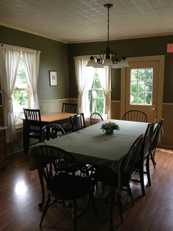 The Phoenix Inn on River Road: Dining area