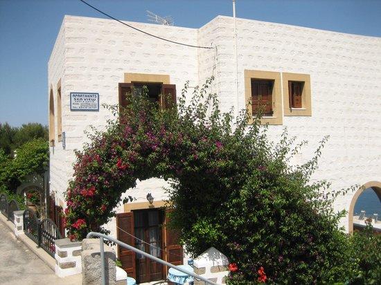Sea View Apartments by Susi & Sofia: Ein  liebevoll  umgrüntes Haus