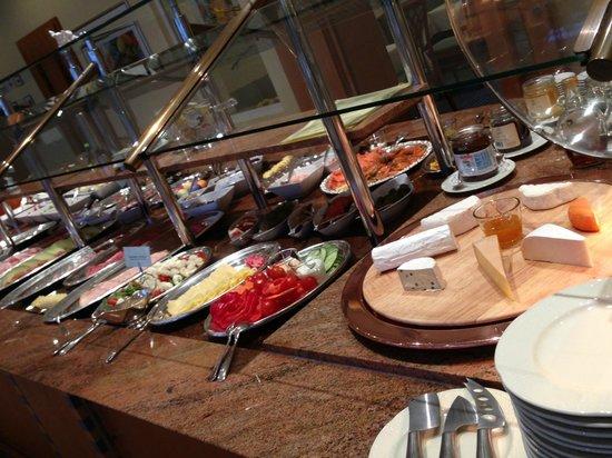 Kronen Hotel Stuttgart: 豪華で美味しそうに並べてあります