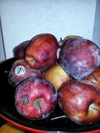 Days Inn Effingham : Spoiled apples at breakfast