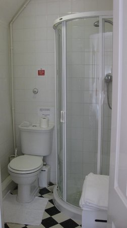 Tankerfield House Bed and Breakfast: Clean white shower & loo
