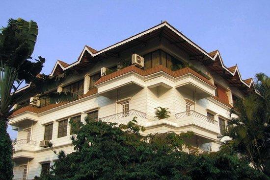 Hotel Royal Inn: ROYAL INN, SIDE VIEW
