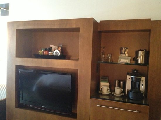 Hotel Le Germain Toronto: TV and mini bar