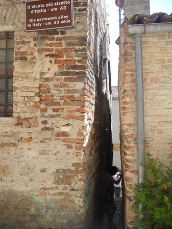 The Narrowest Alley in Italy: il vicolo