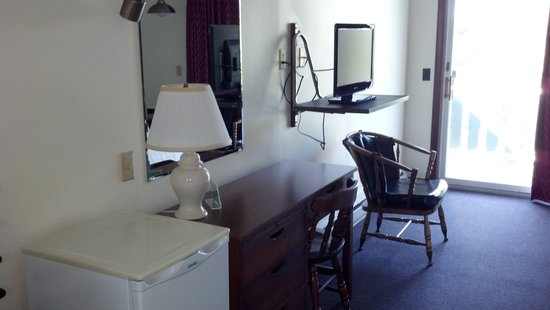 Edenbrook Motel: Small desk with drawers, small flat screen, view onto porch