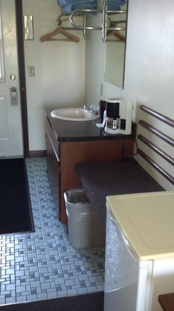 Edenbrook Motel: Second sink and large mini-fridge by door from parking lot