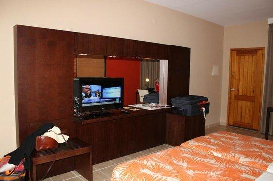 Pestana Tropico Hotel : TV e frigobar