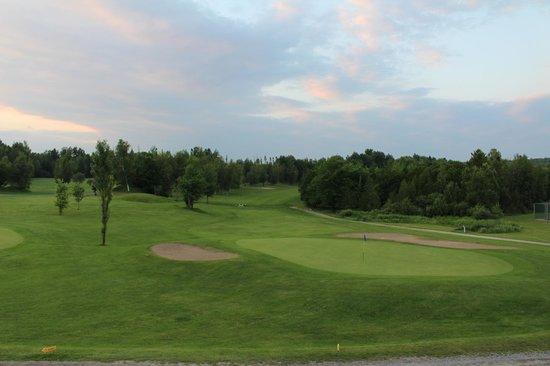 Manoir Des Sables : Vue du terrain de golf (près de l'entrée principale)
