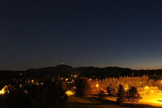 Manoir Des Sables : Vue le soir, côté montagne.
