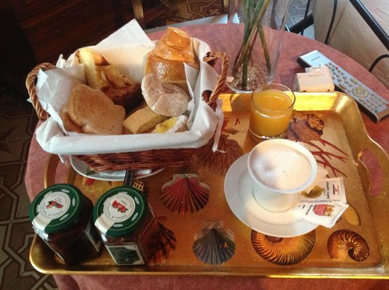 Bed & Breakfast Lucca in Centro: Delicious breakfast served in room.