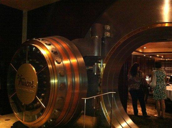 Del Frisco's Double Eagle Steakhouse: Caveau entrance