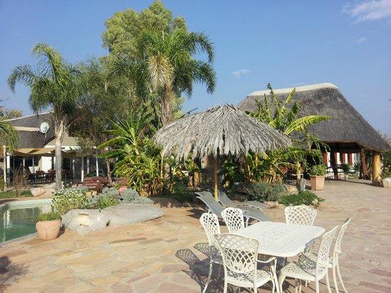 Gabus Game Ranch: Außenbereich mit Terrasse, Pool