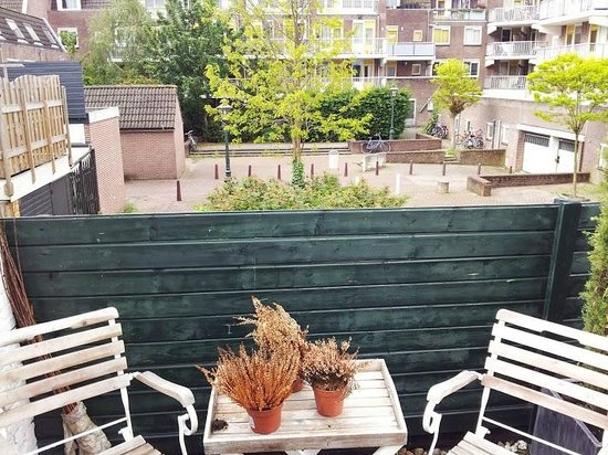 Boutique Hotel Huys van Leyden: Partial view of shared deck overlooking neighboring courtyard