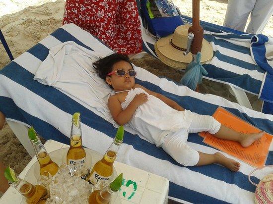 """Playa Norte: Camastro rentado con """"Yimbo"""", cubeta de 6 cervezas 150 pesos y coctel de camaron grande"""