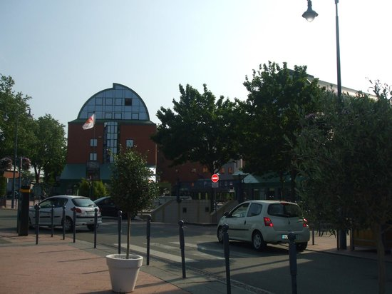 Holiday Inn Express Arras : View of hotel from the square