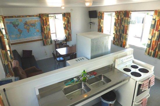 Waitaki Waters Holiday Park: Kitchen 1