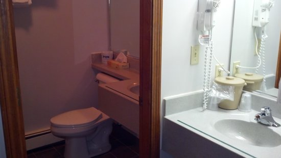 Casco Bay Inn: 2 sinks (1 in/ 1 out of bathroom)