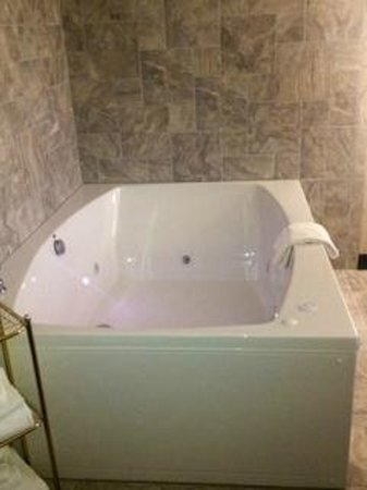 Clarion Hotel & Convention Center: Jacuzzi Suite Great for Romantic Getaway!