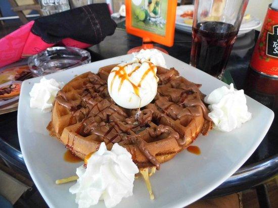 Gyroland : Waffles with caramel sauce and vanilla ice cream