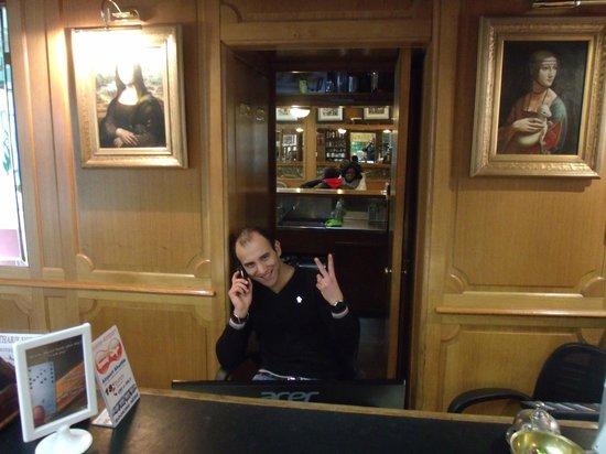 Hotel de la Felicite: Olha o atendente  que muito nos ajudou!