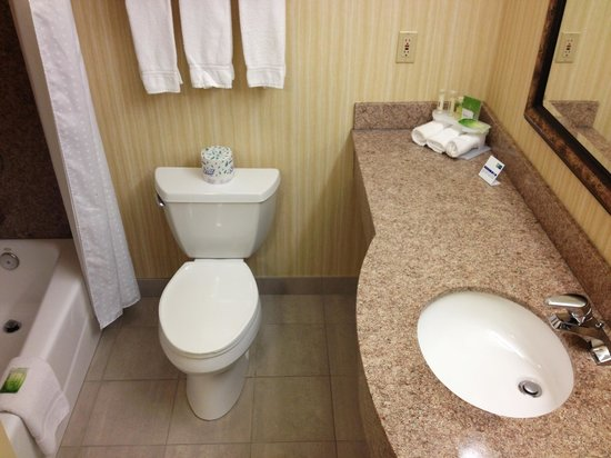Holiday Inn Express Fort Bragg : HI Express Fort Bragg: Bathroom