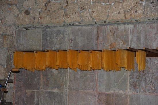 Frascati: La pasta recien hecha y cortada como fetuccini lista para cocinarse.
