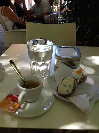 Pasticceria Cappello: Caffe, cannolo alla crema e acqua minerale......