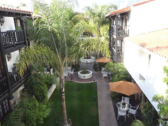 Best Western Plus Carpinteria Inn : Courtyard area