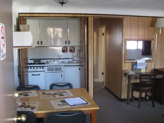 Peak To Peak Lodge: Queen room w/ Kitchenette