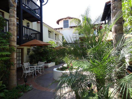 Best Western Plus Carpinteria Inn : view from first floor courtyard rooms