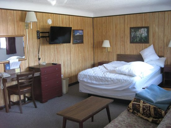 Peak To Peak Lodge : Queen room w/ Kitchenette