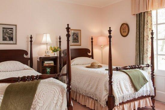 Journey Inn Bed & Breakfast : The cozy Roosevelt room